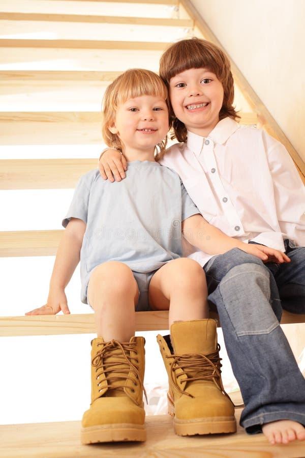Dwa chłopiec siedzi na schodkach obraz stock