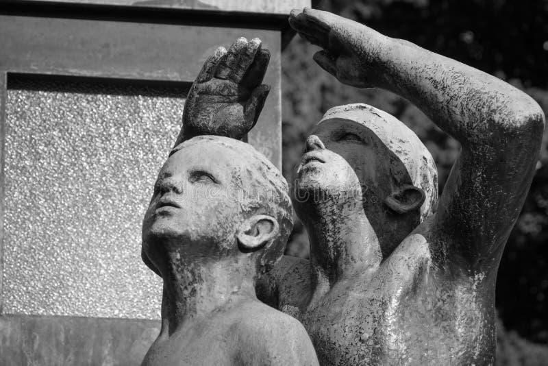 Dwa chłopiec spojrzenie niebo - Vigeland park, Oslo zdjęcia stock