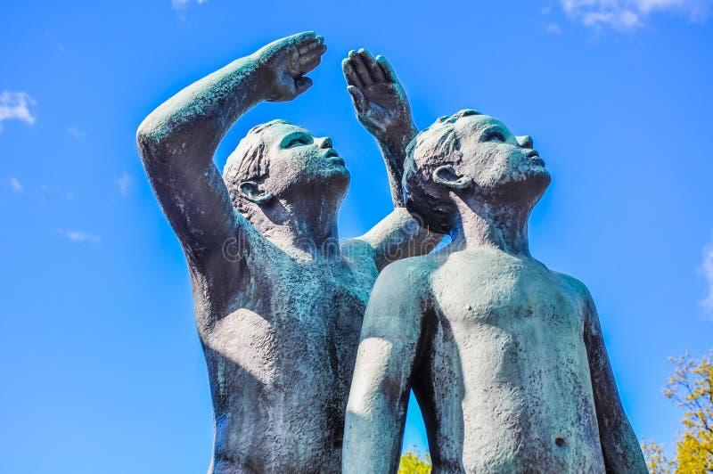 Dwa chłopiec statua w Vigeland parku, Oslo obrazy royalty free