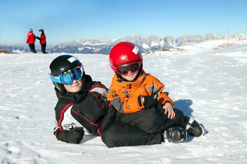 Dwa chłopiec sztuka na halnym szczycie obraz royalty free