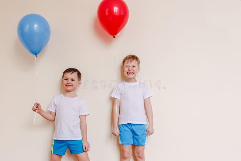 Dwa chłopiec w białych koszula z balonami zdjęcia royalty free