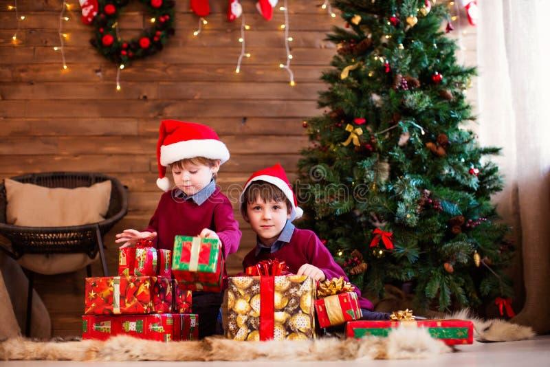Dwa chłopiec z Bożenarodzeniowymi prezentami obraz royalty free