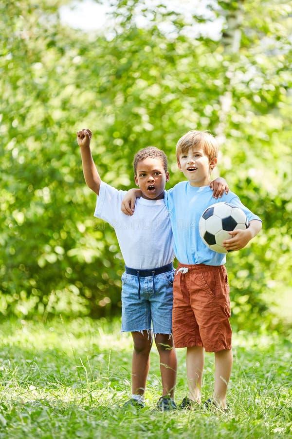 Dwa chłopiec z futbolem jako przyjaciel otucha zdjęcie stock