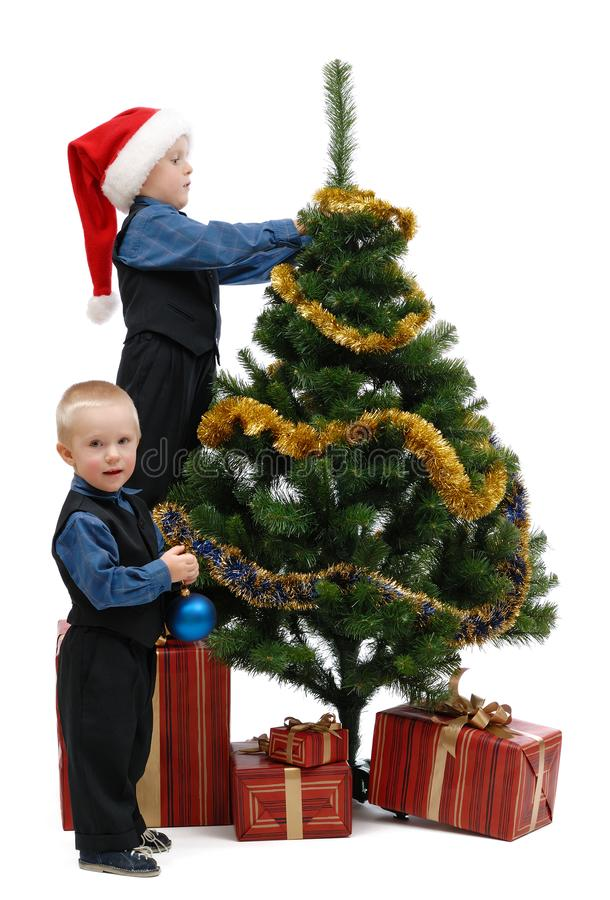 Dwa chłopiec z prezentami i choinką zdjęcie royalty free