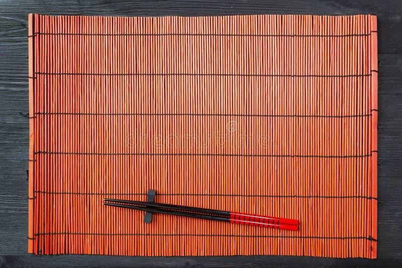 Dwa chopsticks na suszi macie obraz royalty free