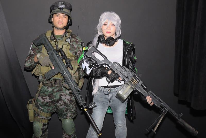 Dwa cosplayers pozuje dla fotografii brać obrazy royalty free