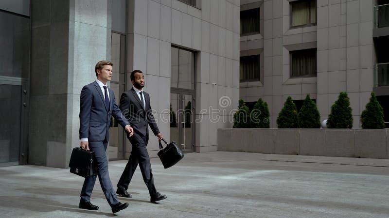 Dwa coworkers opuszcza centrum biznesu po tym jak spotykający partnera, biznes zdjęcie royalty free