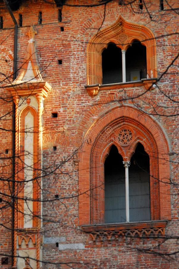 Dwa cudownego mullioned okno w ścianach kasztel Vigevano blisko Pavia w Lombardy (Włochy) obrazy royalty free