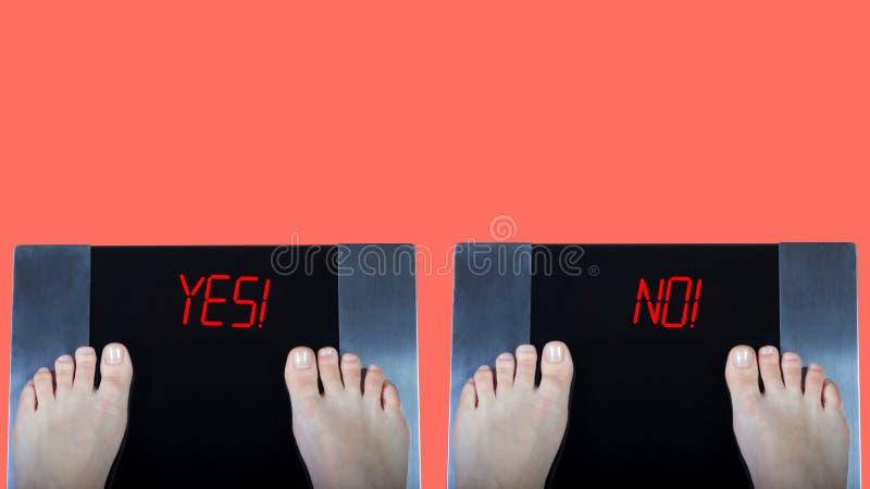 Dwa cyfrowej skali z żeńskimi ciekami na one, czerwień znaki tak i nie i Pojęcie ciężar kontrola przed i po obrazy stock