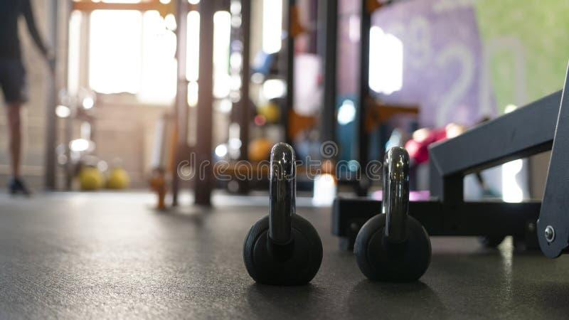 Dwa czarnego kettlebells na podłodze sporta gym zdjęcie stock