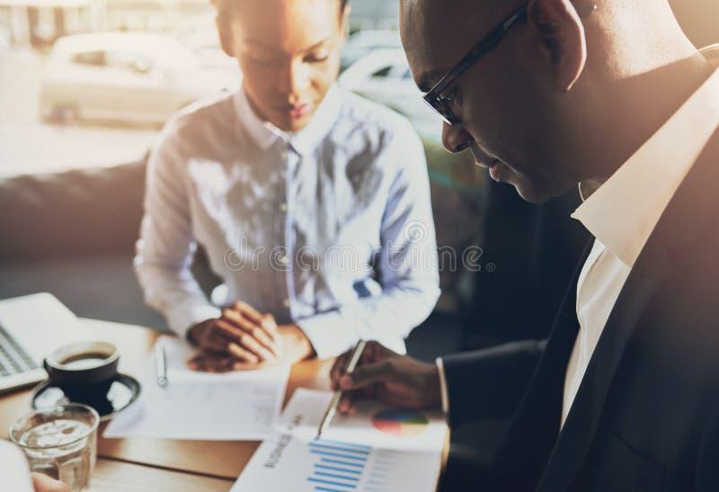 Dwa czarnego ludzie biznesu dyskutuje ich biznes zdjęcia stock