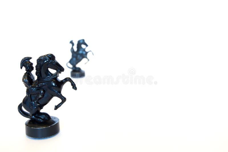 Dwa czarnego szachowego rycerza kamień wpólnie na białym tle obraz royalty free