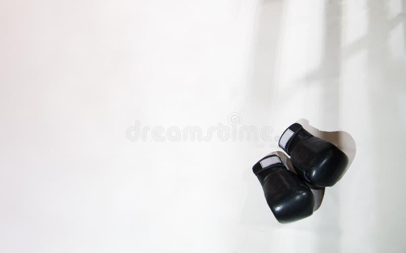 Dwa czarnej Bokserskiej rękawiczki kłamają na Bokserskim pierścionku w bielu Sha zdjęcia royalty free