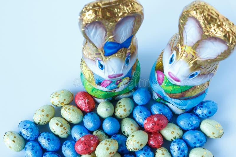 Dwa czekoladowego Easter królika i czekoladowych Easter jajka fotografia royalty free