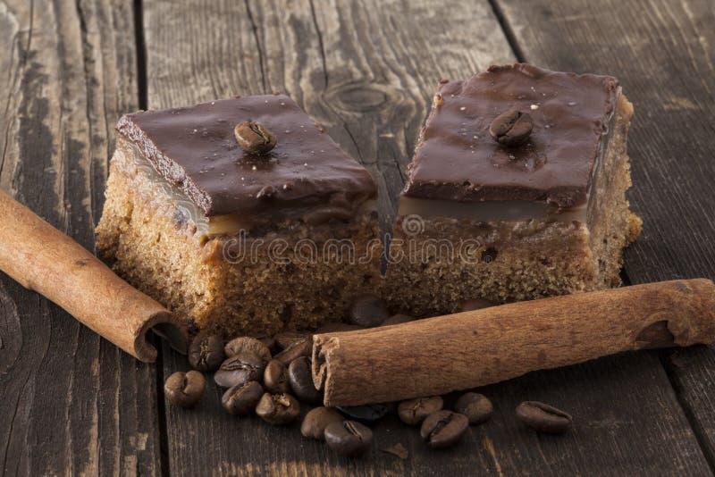 Dwa czekoladowego tarts z kawowymi fasolami i cynamonowymi kijami fotografia royalty free
