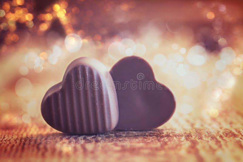 Dwa czekolady serca na drewnianym tle, valentines dzień fotografia stock