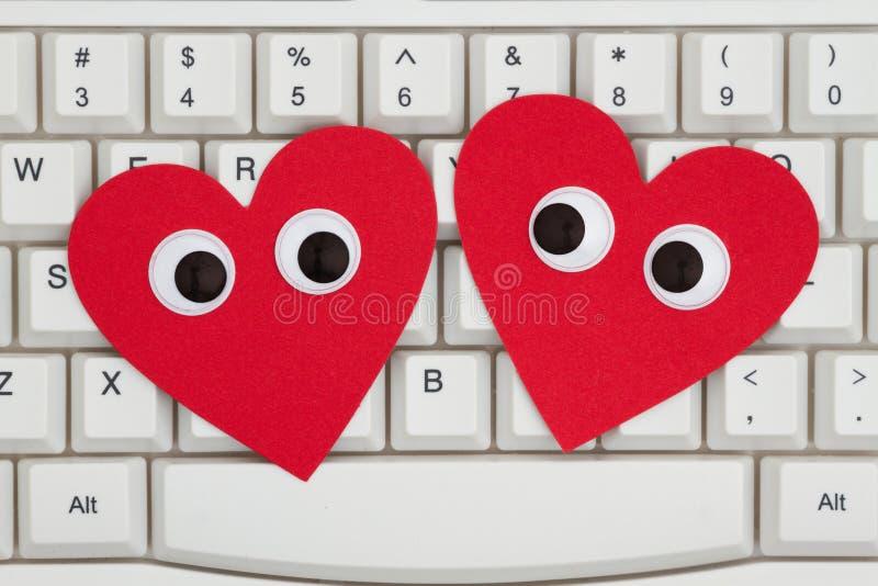 Dwa czerwonego serca z googly oczami na klawiaturze fotografia royalty free