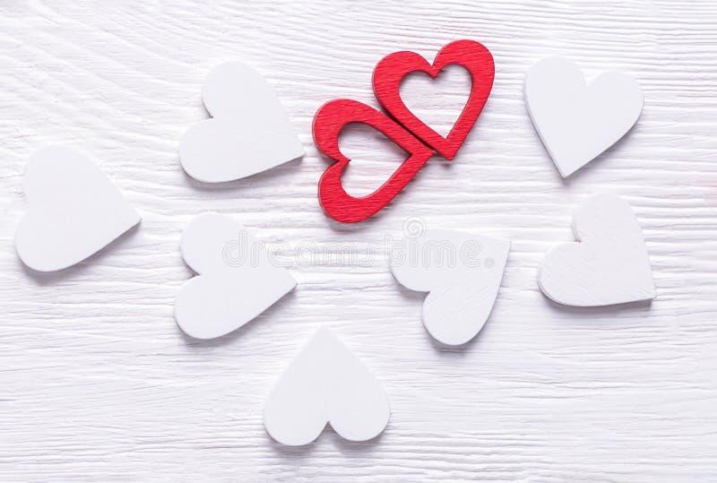 Dwa czerwony i biali serca na białym drewnianym tle to walentynki dni zdjęcia stock