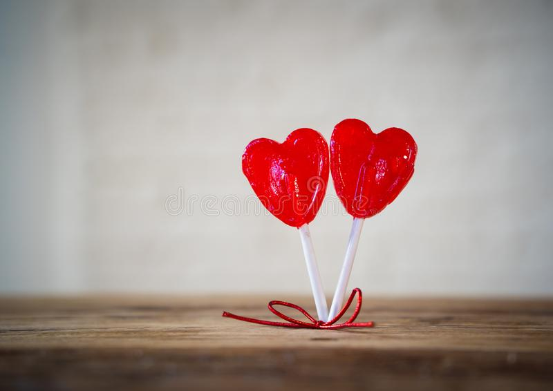 Dwa czerwony serce kształtował lizaki jako metafora miłość, więź i walentynka dzień, pojęcie obrazy stock