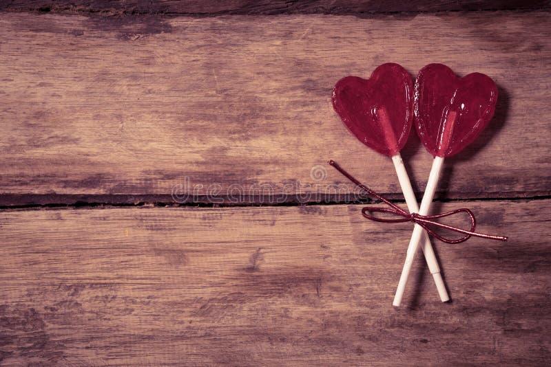 Dwa czerwony serce kształtował lizaki jako metafora miłość, więź i walentynka dzień, pojęcie fotografia stock