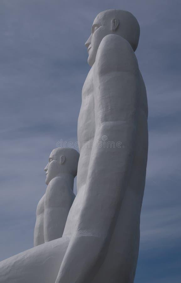 Dwa cztery ogromnej biały człowiek statuy, Esbjerg, Dani obrazy royalty free