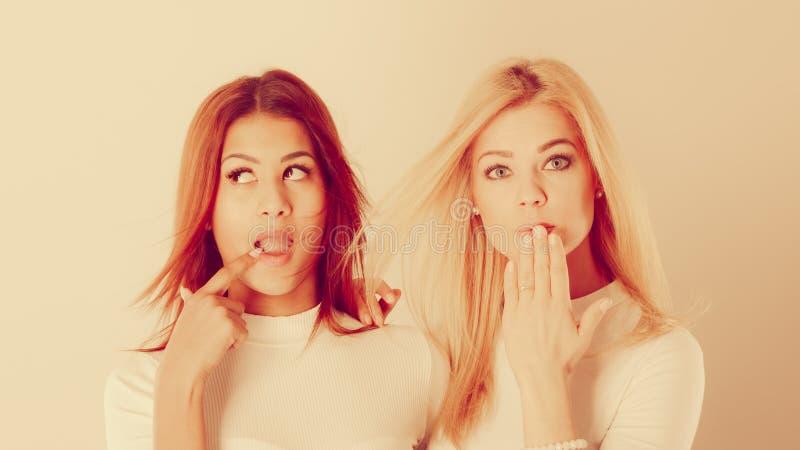 Dwa damy w niezręcznym momencie zdjęcie royalty free