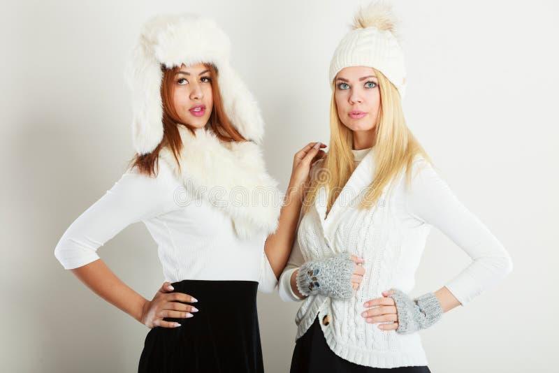 Dwa damy w zima bielu stroju fotografia royalty free