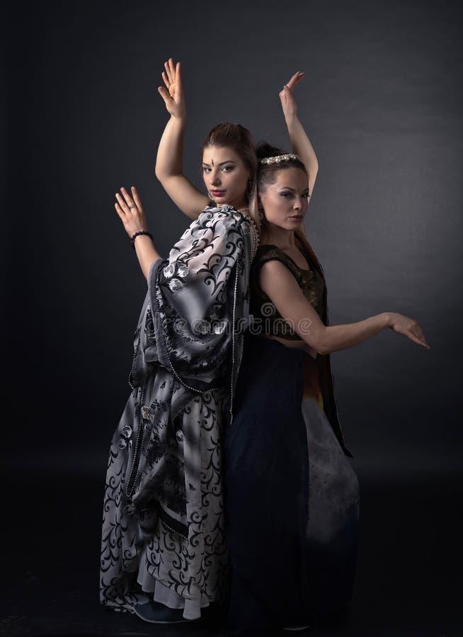 Dwa dancingowej młodej kobiety w krajowym Indiańskim kostiumu fotografia stock