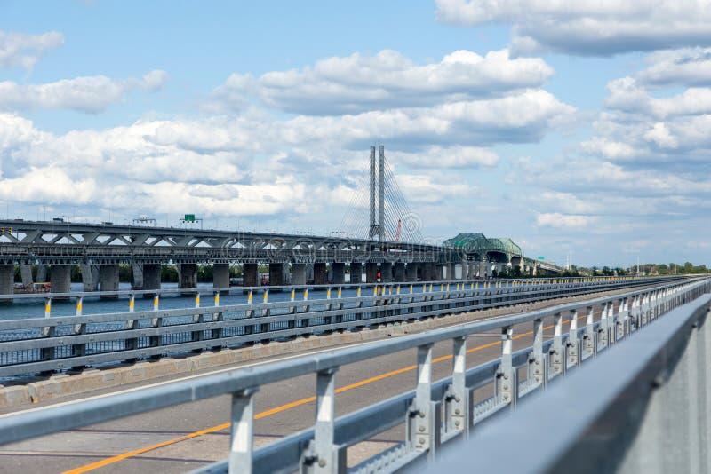Dwa de mostu i Lodowej Kontrolnej struktura nad St Lawrance rzeką obraz royalty free