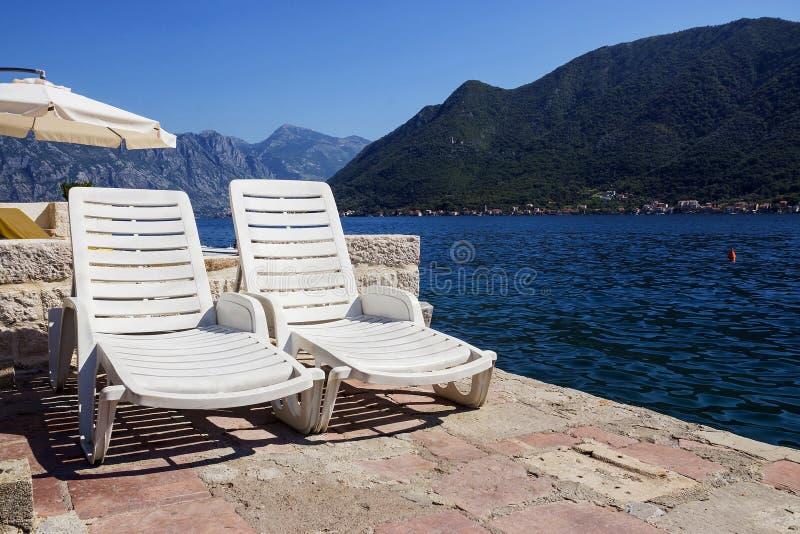Dwa deckchairs na Śródziemnomorskim wybrzeżu zdjęcia royalty free