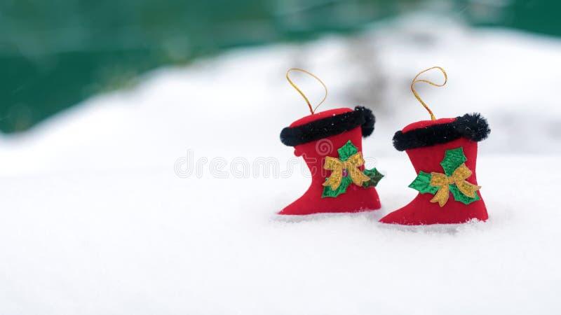 Dwa dekoracyjnego boże narodzenie buta na śnieżnym białym tle Bożenarodzeniowy wakacyjny tło z Santa butami, kopii przestrzeń zdjęcia royalty free