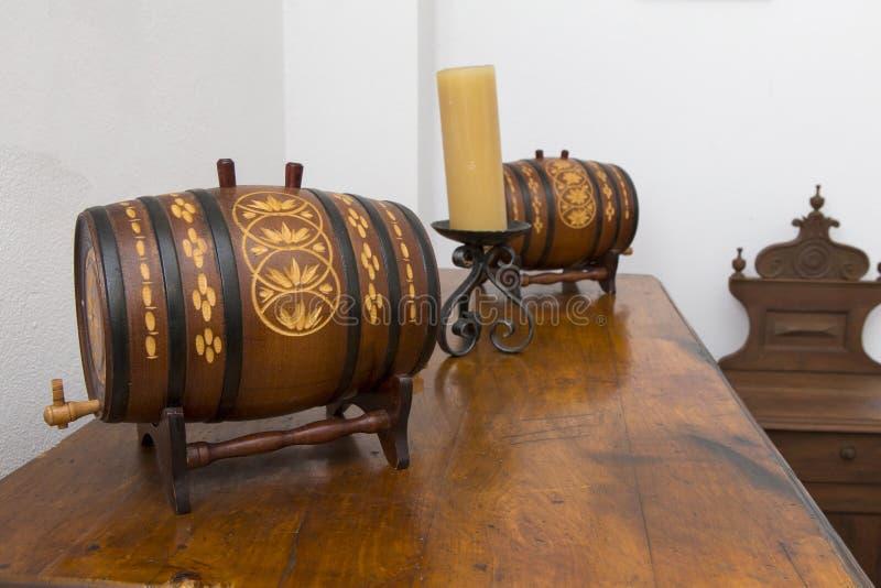 Dwa dekoracyjnej wino baryłki na półce fotografia stock