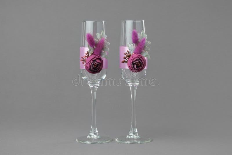 Dwa dekorującego ślubnego wina szkła zdjęcia stock