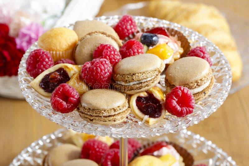 Dwa deseru równy stojak pełno cukierki obrazy stock