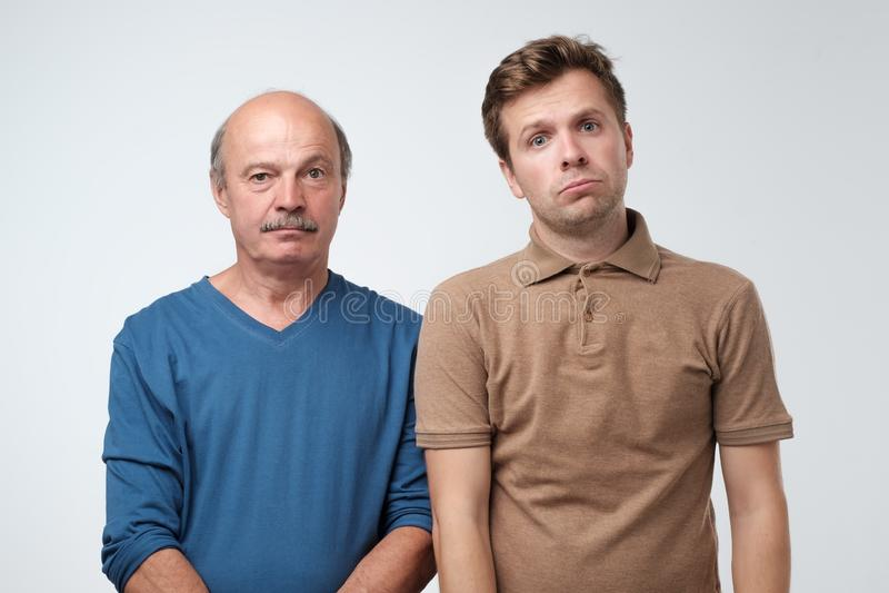 Dwa dojrzałego mężczyzny ojciec i syn jest smutny obrazy stock