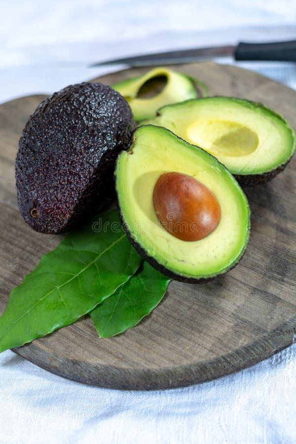 Dwa dojrzałego surowego hass avocados zamkniętego w górę obrazy royalty free