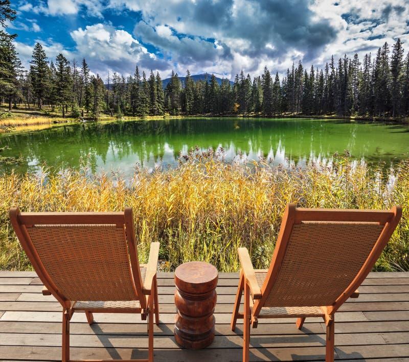 Dwa drewnianego deckchairs dla turystów obrazy stock