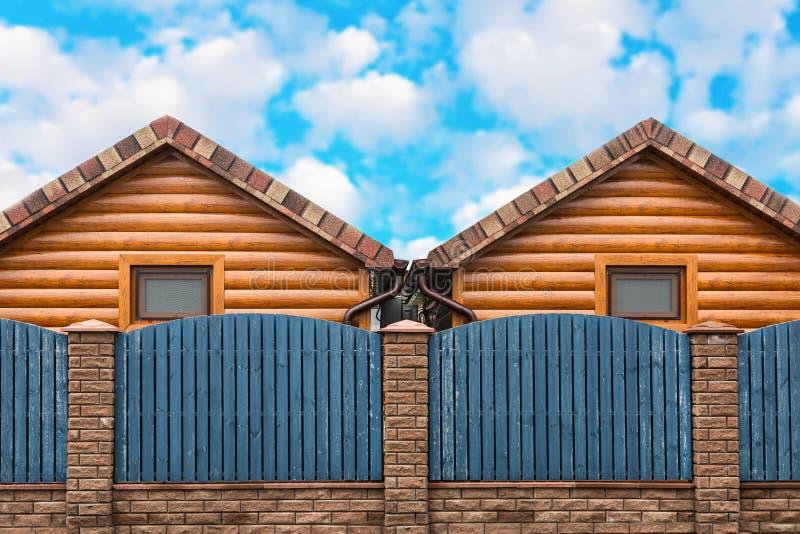 Dwa drewnianego domu z błękitną ogrodzenie stojaka stroną strona - obok - Sąsiedztwo, nowy okręg obrazy royalty free