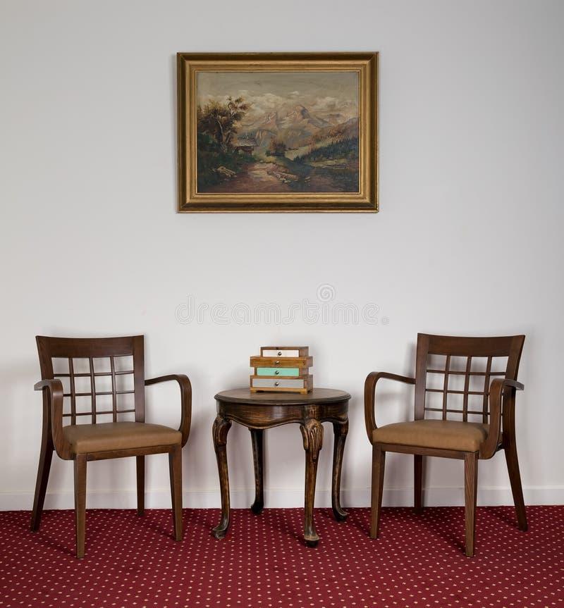 Dwa drewnianego karła, małego round stolik do kawy i obramiający obraz, obraz royalty free