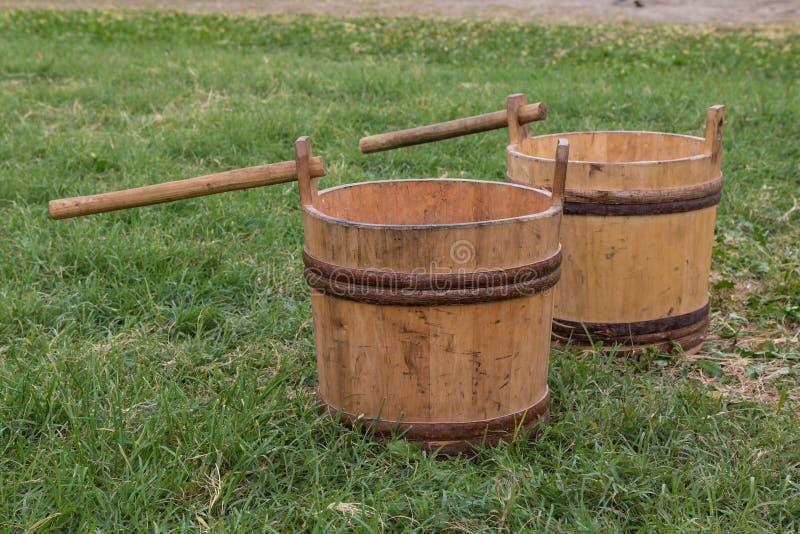 Dwa Drewnianego Pails na łące obrazy stock