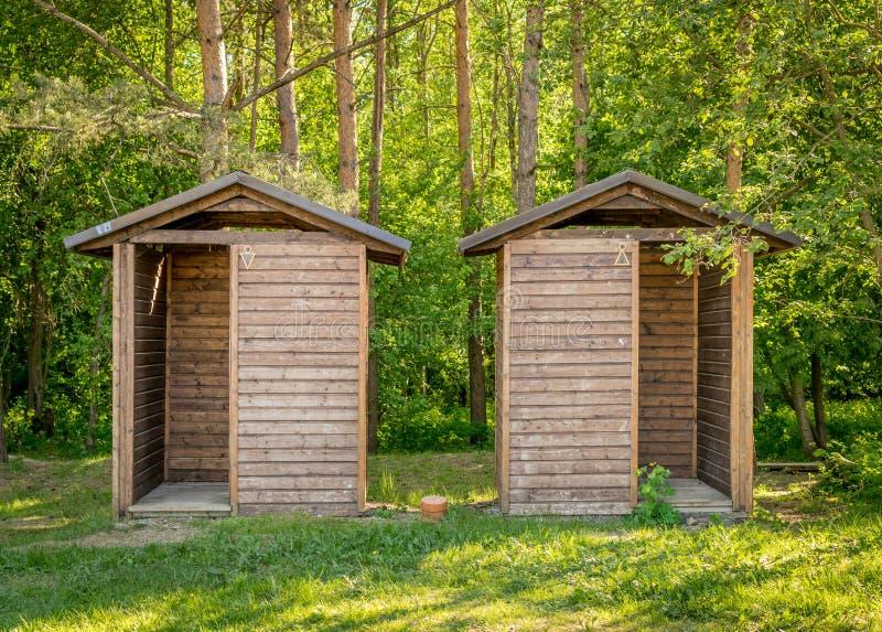 Dwa drewnianej budy używać jako toalety obraz stock