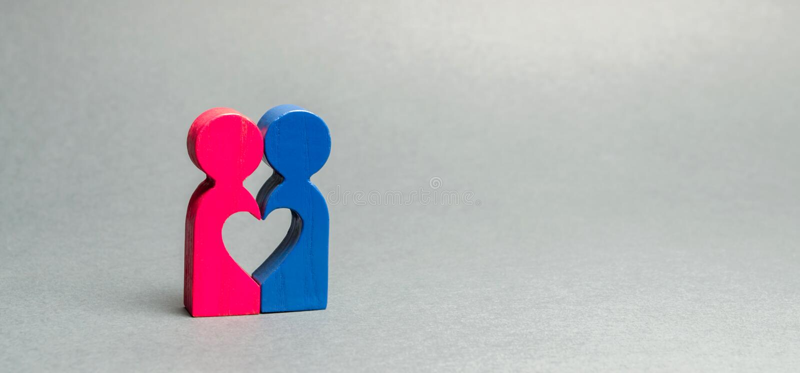 Dwa drewnianej postaci łączącej serce Poj?cie mi?o?? i romans Rewizja dla drugiej po?owy Kochanek para Po?lubia? i zdjęcia royalty free