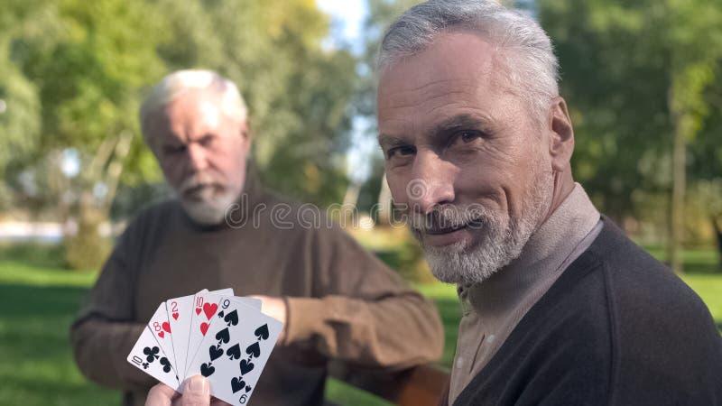 Dwa dziad karty do gry na ?awce w parku, weekendowy czas wolny, staro?? hobby fotografia stock