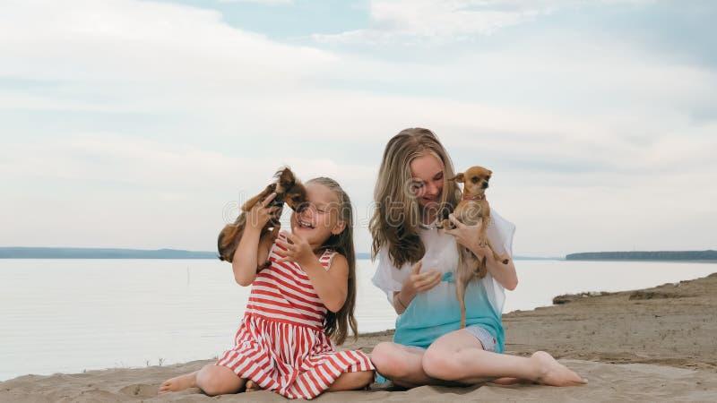 Dwa dzieci bawić się który jest prześladowanym na piasku na plaży fotografia royalty free