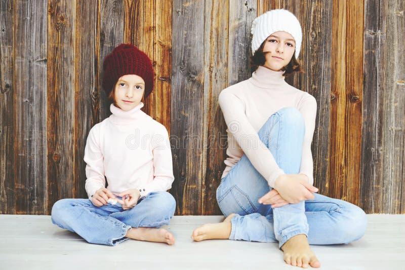 Dwa dzieciak dziewczyny w kapeluszach fotografia royalty free
