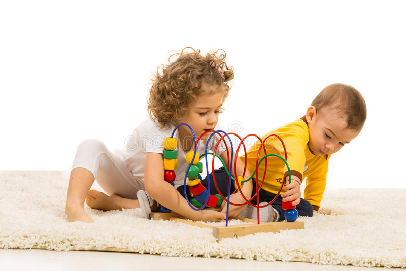 Dwa dzieciaka bawić się z drewnianą zabawką obraz stock