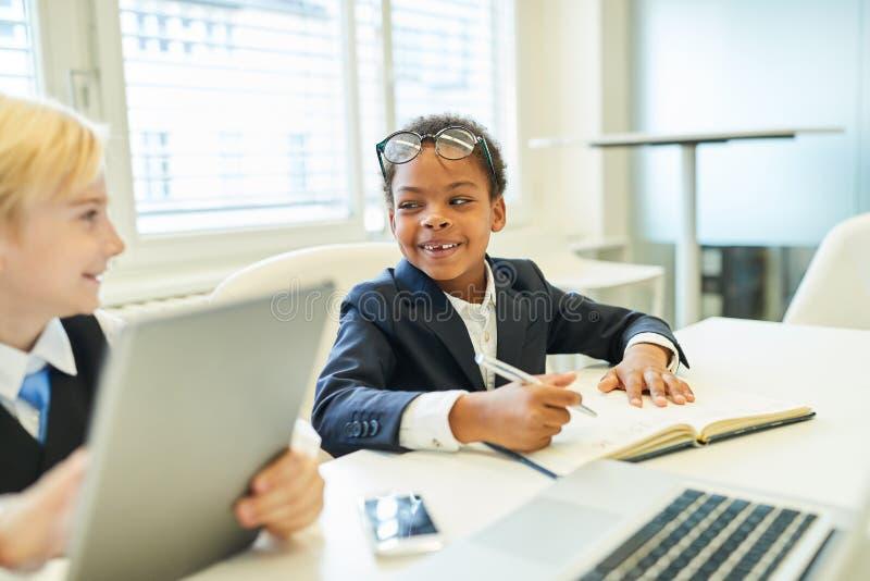 Dwa dziecka jako wielokulturowa biznes drużyna obrazy royalty free