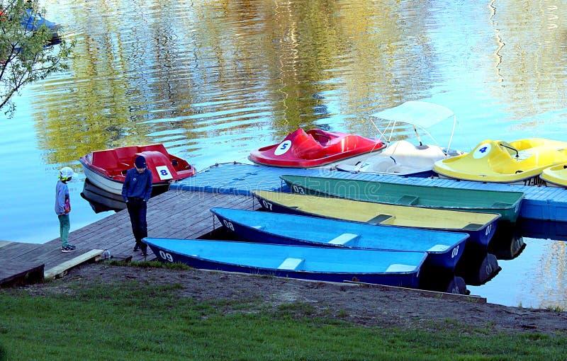 Dwa dziecka stoją przy łodzi stacją zdjęcia stock