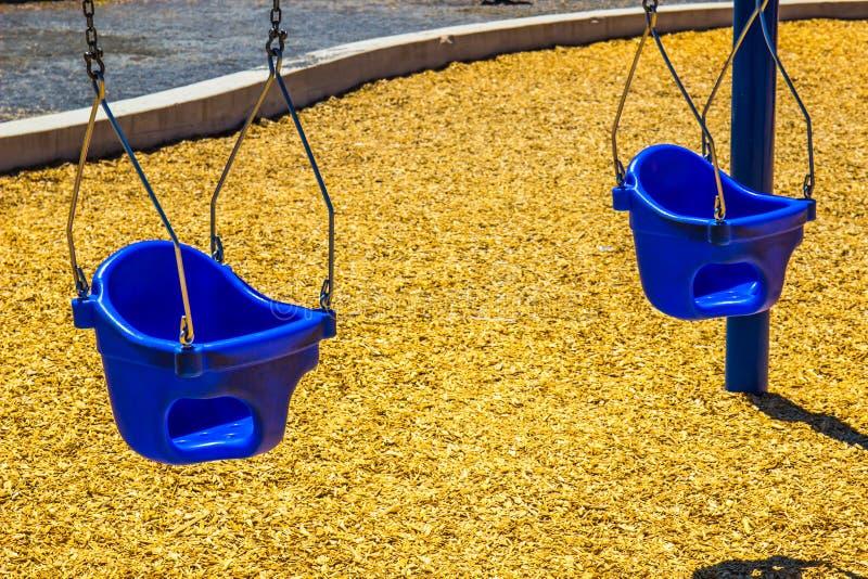 Dwa dziecka wiadra siedzenia Na huśtawka secie zdjęcie stock
