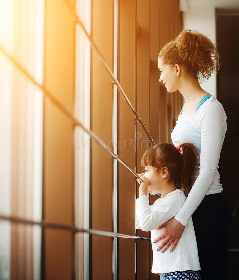 Download Dwa Dziewczyn Gapienie W Okno Obraz Stock - Obraz złożonej z giro, heart: 57663025